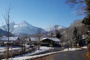 Landschaftsbild mit Schnee und Bergen im Hintergrund - air-be-c-Medizintechnik
