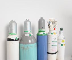 Fünf Druckgasflaschen gefüllt mit verschiedenen medizinischen Gasen. - air-be-c Medizintechnik