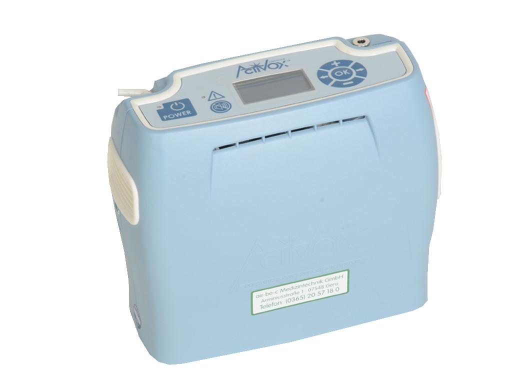 Tragbarer Sauerstoffkonzentrator, Modell Activox 4L. Hellblaues Gehäuse mit dunkelblauen Bedienfeld. - Activox 4L