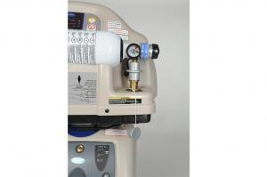 Detailbild einer Sauerstoffflasche die zum Befüllen an der Homfillstation angeschlossen ist