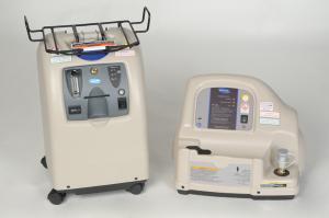 Produktbild des stationärer Sauerstoffkonzentrators Perfecto mit Halterung für die Heimfüllanlage, die Homefill II Station steht einzeln daneben