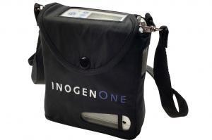 Der Inogen One G4 in seiner Tragetasche. Am Gerät selbst ist der Schultergurt befestigt.