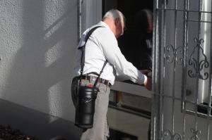 Ein Mann schließt eine Tür auf und hat den Spirit 1200 über der Schulter.