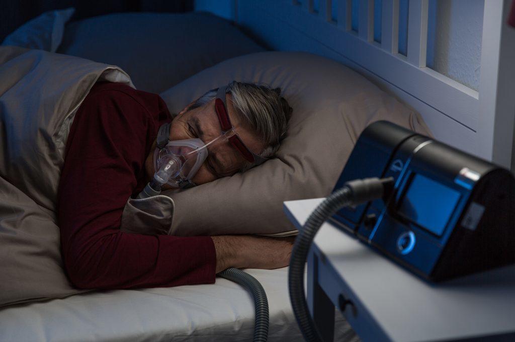 Patient schläft mit ein CPAP Gerät