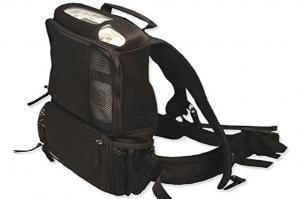 Der Inogen One G3 in seinem schwarzen Rucksack. Der Rucksack verfügt über Bauchgurte. - Inogen One G3