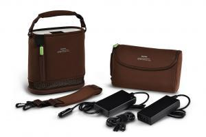 Detailansicht des SimplyGo mini mit Tragetasche, Zubehörtasche, Schultertragegurt sowie AC- und DC-Netzteile. - SimplyGo mini