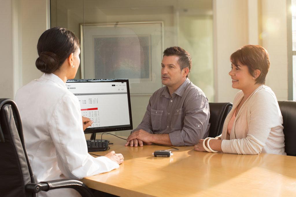 Patienten sitzen bei einem Arzt und werden beraten