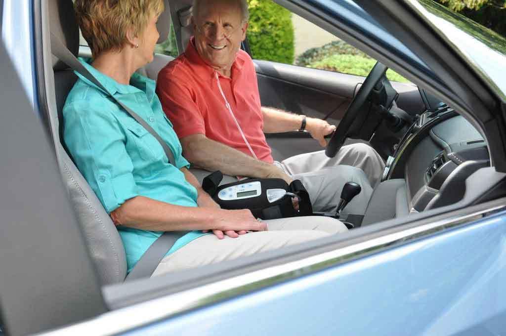 Oma und Opa im Auto
